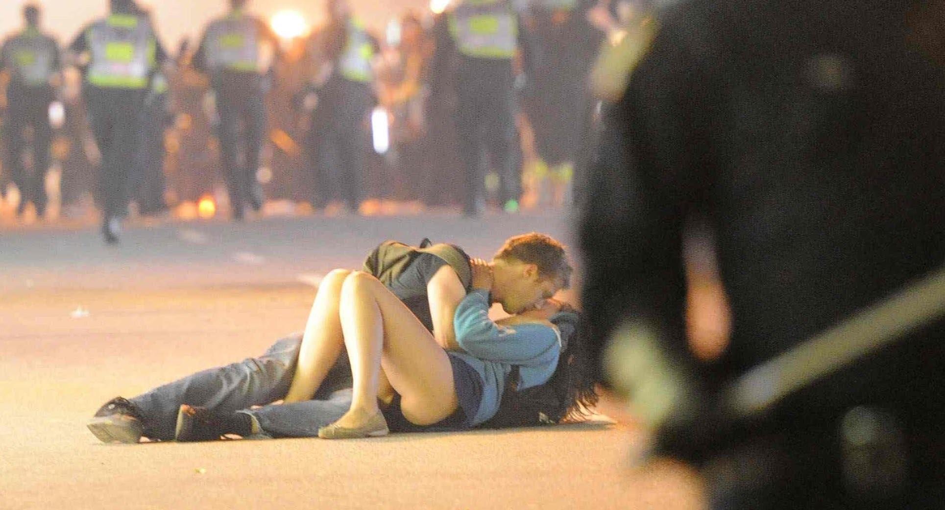 Foto di una coppia che si bacia nel corso di una manifestazione in Canada, 2011.